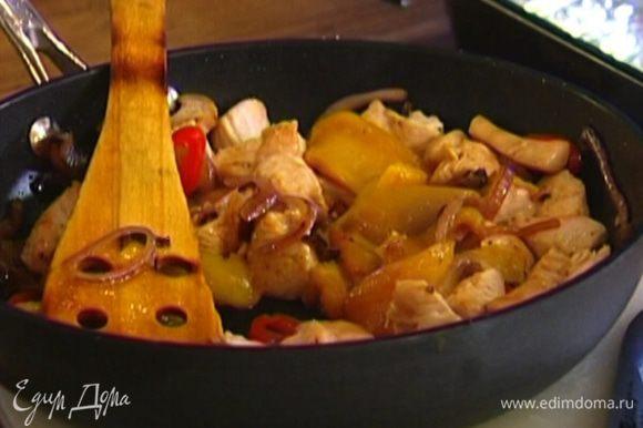 Добавить в сковороду мясо индейки, полоски сладкого перца, немного посолить, поперчить, перемешать и снять с огня.