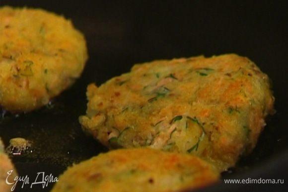 Сформировать из картофельной массы биточки, обмакнуть в яйцо, затем обвалять в сухарях и жарить по 2 минуты с каждой стороны.