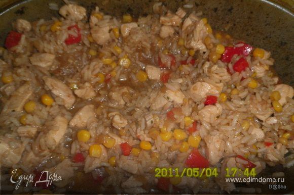 Затем выложить в казанок или утятницу и добавить отваренный до полуготовности рис.Влить соевый соус, немножко воды и протушить. После всыпать кукурузу,