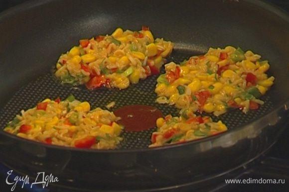 Разогреть в сковороде оливковое масло, ложкой выкладывать биточки и обжаривать с двух сторон.