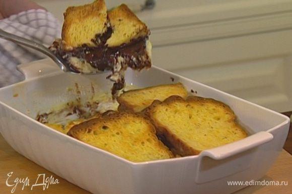 Раскладывать пирог по тарелкам большой ложкой.