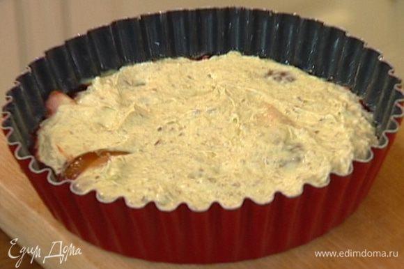 Сверху выложить тесто, так же равномерно распределить и отправить в разогретую духовку на 25–30 минут. Готовому пирогу дать слегка остыть в форме, затем переложить на блюдо.