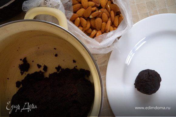 Скатываем шарики с грецкий орех (не больше)