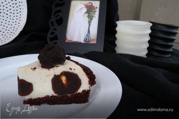 Четверного фото торта нету, так как фотоаппарат улетел с мужем в командировку, еще в воскресенье, а торт я готовила сегодня. А так, я надеюсь, что мой опыт будет вам полезен.