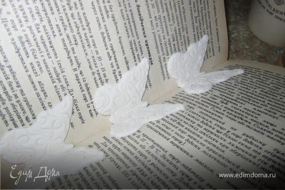 Поставить бабочки в расрытую книжку, дать немного подсохнуть.