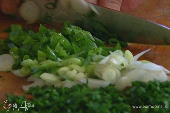Петрушку и зеленый лук мелко порубить и соединить с нарезанными овощами.