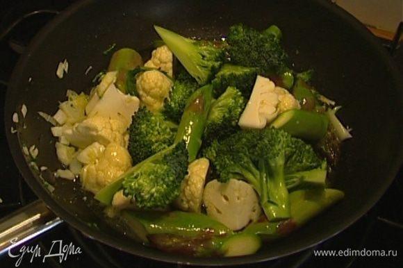 Отправить все овощи в сковороду и готовить 2‒3 минуты, затем влить бульон и тушить еще 3‒4 минуты.