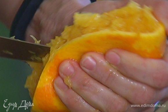 Из лайма и половинки апельсина выжать сок.
