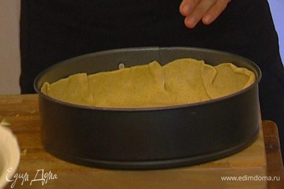 Охлажденное тесто разделить пополам, каждую часть раскатать. Уложить один пласт теста на дно круглой формы так, чтобы получились бортики.