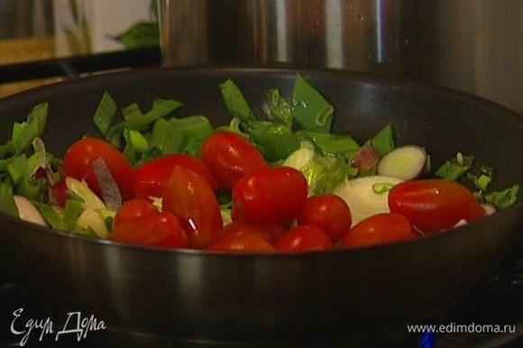 Добавить помидоры черри и сахар, все перемешать, посолить и поперчить.