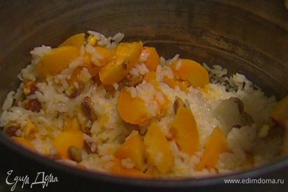 Добавить фисташки, нарезанные абрикосы, оставшееся сливочное масло, перемешать, накрыть крышкой, закутать большим полотенцем и оставить на 5 минут.