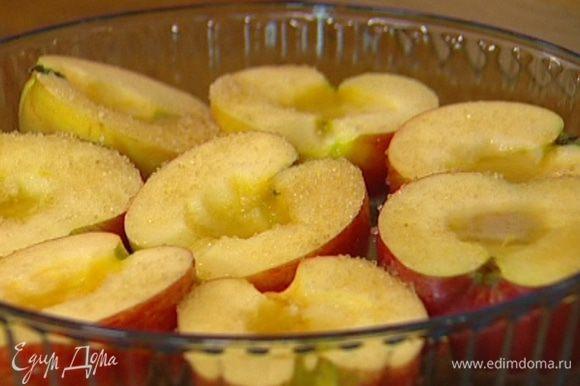 Плотно уложить половинки яблок разрезом вверх в форму для выпечки, залить вином, затем полить лимонным соком и присыпать сахаром. Запекать 15–20 минут в разогретой духовке.