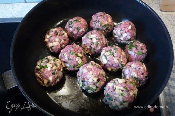 Сформируем небольшие шарики. Обжариваем их с двух сторон на разогретой сковороде на оливковом масле.