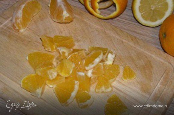 Листья салата порвать руками. Три апельсина почистить, разобрать по 2 дольки, нарезать поперек. Листья салата перемешать с апельсинами. Сделать заправку: смешать соль, черный перец, лимонный сок, сахарную пудру, сок четвертого апельсина, растительное масло и полить салат. Подавать охлажденным.