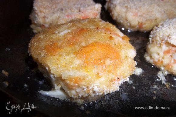 Обжарь на расстительном масле с каждой стороны до золотистого цвета.Сковороду с котлетами накрой крышкой и оставь на маленьком огне на 7-10мин.