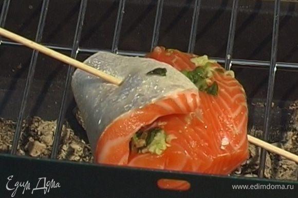 Сложить каждый кусок рыбы пополам, скрепить зубочистками или другими остро заточенными палочками и жарить на гриле 5-8 минут.