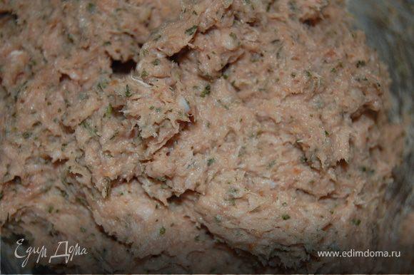 Мясо режем на кусочки и отправляем в блендер! Разбиваем мясо до однородной белой массы, туда же добавляем петрушку ( если нет свежей, можно сухую, а если свежая, то стебли надо удалить, иначе они все испортят), специи, хлеб, предварительно размоченный в воде, сок лимона, чтоб отбелить фарш. Пока мы все это проделывали – положили кишки в теплую воду.