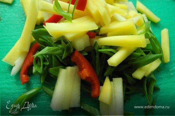 Почистить манго и грушу порезать на тонкие полоски. Порезать лук перышками. Очистить перец чили от семян, мелко нарезать.