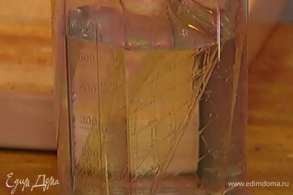 Оставшиеся 3 пластинки желатина замочить в 200 мл холодной воды.