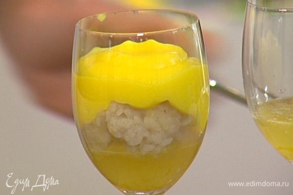 В бокалы с лимонным желе выложить рисовый пудинг, сверху полить лимонным кремом.