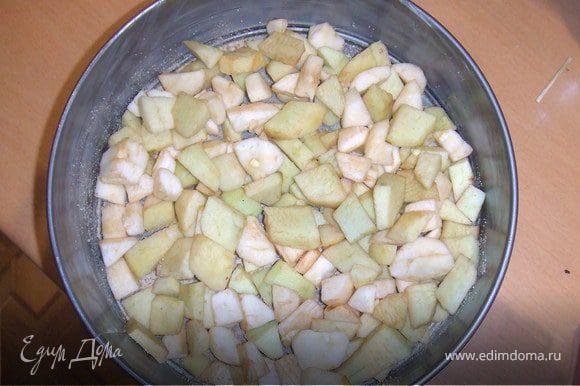 Яблоки очистить от кожуры и порезать на небольшие кусочки, сбрызнуть лимонным соком.