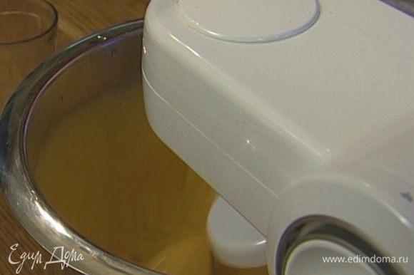 Яйца с сахаром взбить в блендере на высокой скорости, добавить соль, ванильный экстракт и апельсиновую эссенцию.