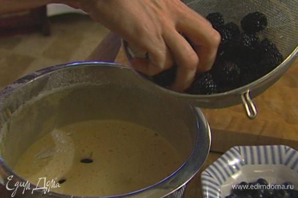 В получившееся тесто всыпать все ягоды, кроме малины, и осторожно перемешать.