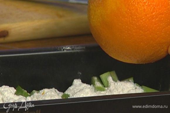 Высыпать ревень в глубокий противень, присыпать сахарной пудрой и цедрой апельсина (немного цедры оставить).