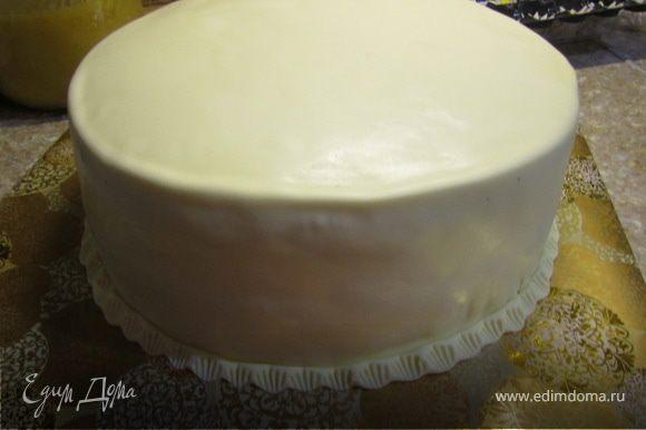Поставить торт на пару часов в холодильник. Торт можно просто покрыть масляным кремом (200 гр масла+100 гр сгущенки). Или сделать еще порцию ганаша белого или черного,но уже не взбивать его, покрыть им торт. По желанию, можно покрыть торт мастикой. (у меня на торт ушло 400 гр мастики, без украшений).