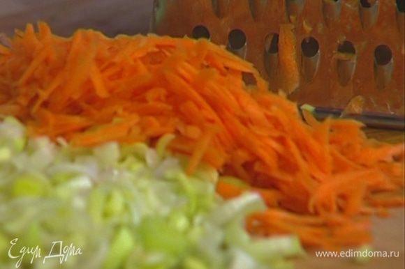 Морковь почистить и натереть на терке.
