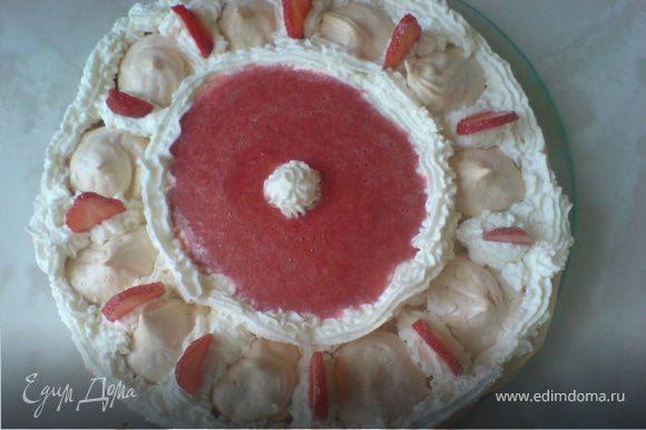 Поверх взбитых сливок выложить клубничное пюре. Украсить торт оставшимися ягодами. ПРИЯТНОГО АППЕТИТА!