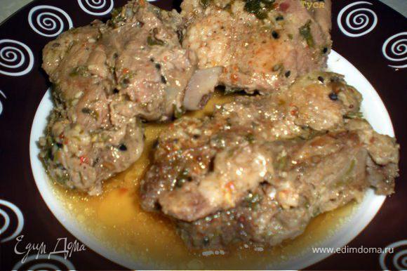 Мясо получается очень сочное с бульончиком.Гарнир выберите на свой вкус и полейте бульоном из фольги.