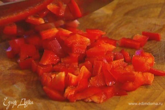 Сладкий перец, удалив семена, нарезать маленькими кубиками и выложить в салатницу.