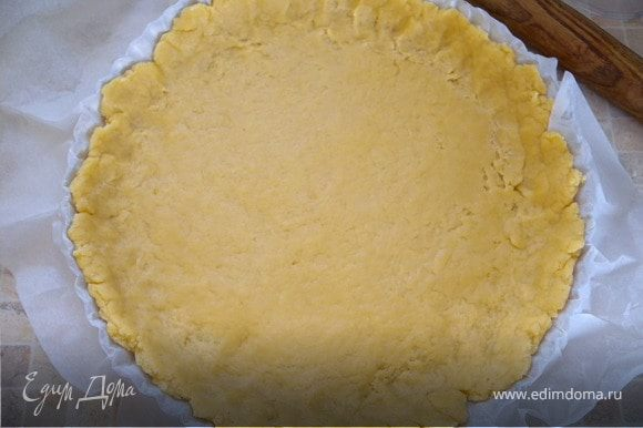 Перенести тесто вместе с бумагой в форму и подправить края, делая бортик.