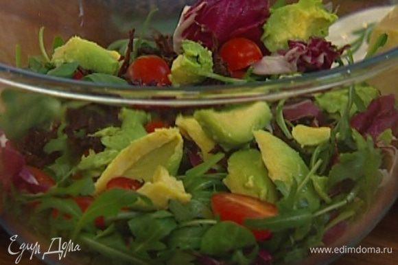 Мякоть авокадо вынуть ложкой и добавить в салат, посолить, поперчить, полить оливковым маслом, бальзамическим и яблочным уксусом и перемешать.