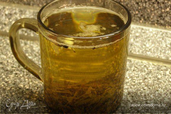 Заварить зеленый чай. Дать настояться, а потом процедить.