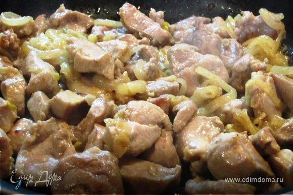 4.На большом огне быстро обжарить ломтики мяса. Обжаривание — самый важный этап в приготовлении блюда, при правильном предварительном прокаливании масла и небольшой порции мяса, обжаривание в любом случае не должно занять более 5 минут, а правильнее 2-3 минуты.
