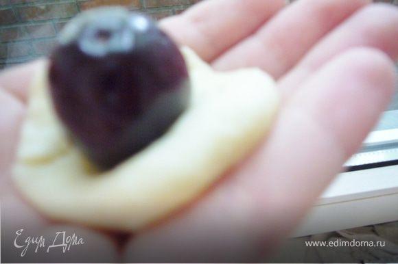 Руками слепить круглую лепёшку(не очень тонко),вложить ягоду черешни и скрепить края вместе.(можно ставить по 2-3 ягоды)