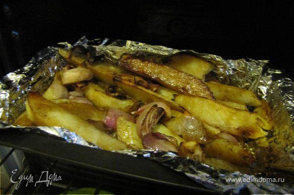 Минут через 20 вынуть форму, сбрызнуть картошку бальзамическим уксусом. Запекать до готовности картошки - еще минут 30-40.