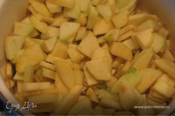 Взять немного воды, прибавить ложку сахара, прокипятить. В полученном сиропе несколько минут потушить ломтики яблок. Можно к яблокам добавить немного корицы.