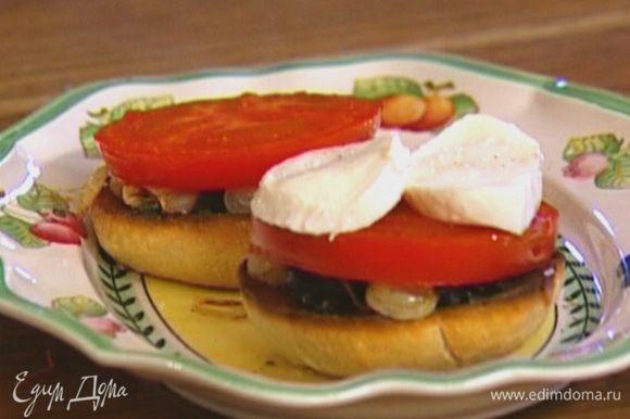На каждый ломтик хлеба положить немного оливковой заправки, посолить, поперчить, затем выложить жареный лук, кружок помидора и кружок моцареллы.
