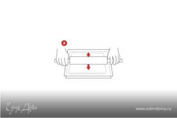Смазать кистью две трети листа бумаги SAGA получившейся масляной смесью и положить свинину сверху. Свернуть рулет SAGA и выпекать в духовке на сетке при температуре 150°С (170°С) в течение 45 минут или до готовности, оставить «отдохнуть» на 10 минут.