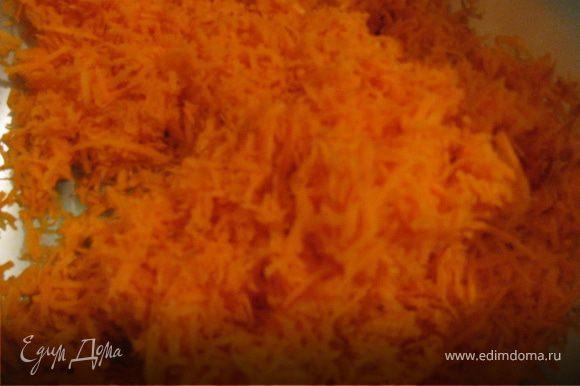 Натираем морковь на мелкой тёрке.