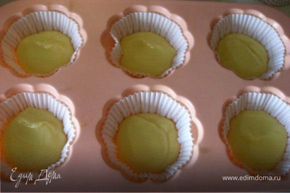 2/3 массы разместить в формочки для кексов.