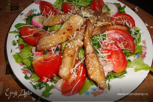 Режем крупными полосками филе рыбы, солим, перчим, обжариваем на раскаленной сковороде с оливковым маслом мин 2, добавляем 1 ст л соевого соуса и еще мин 3, для рыбы достаточно. Оливковое масло смешиваем с соком лимона, добавляем 1 ч л бальзамического уксуса, солим, перчим, взбалтываем.Овощи нарезаем произвольно, салат рвем руками, выкладываем на тарелку,режем кинзу и укроп,перемешиваем с листьями, поливаем частью заправки, далее кладем овощи по кругу, поливаем их оставшейся заправкой, а в середину выкладываем полосочки рыбки, посыпаем только её кунжутом, и все прамезаном. Приятного аппетита!!!