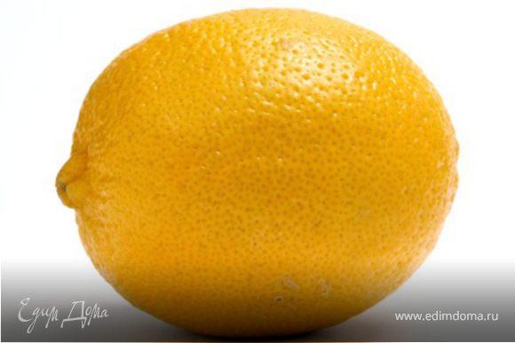 Лимон разрезаю на половинки. Вынимаю косточки. Шкурку можно не срезать. По желанию. Мелко нарезаю на дольки.