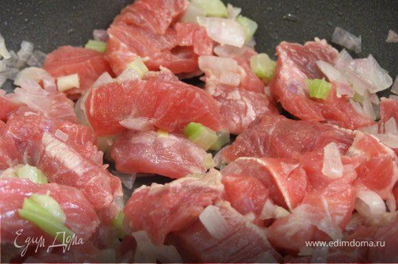 Мясо вымыть, обсушить. Нарезать небольшими кусочками и добавить к луку. Обжарить со всех сторон. Влить около 300 мл кипяченой воды, накрыть крышкой и готовить на среднем огне 40 минут.