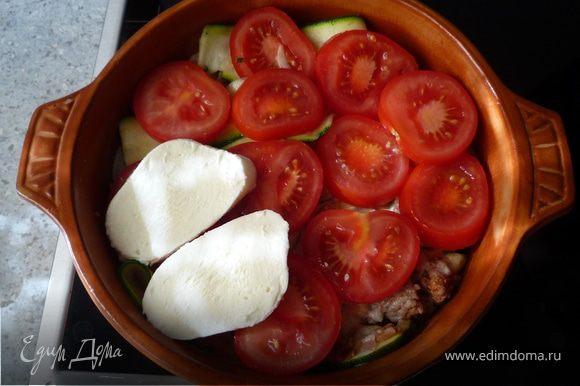 Вылить яйчную смесь. Сверху выложить слой томатов и моцарелла. Запечь 35-40 минут.