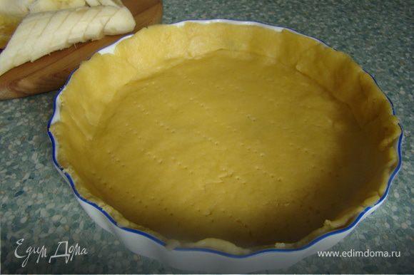 Для теста смешиваем масло, муку, соль, яйцо и сахар. Замешиваем тесто. Выкладываем форму ровным слоем теста и ставим в холодильник на минут 20.