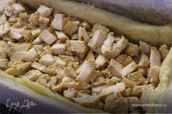 На пропеченный корж выкладываем слой курицы.